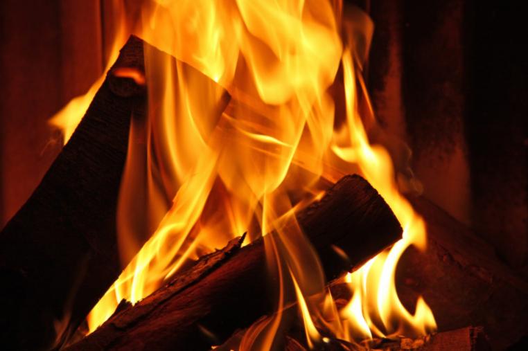 Beim Heizen mit Scheitholz können viele Fehler gegangen werden. NMT-Heizexperten wissen wie sie richtig Feuer machen.