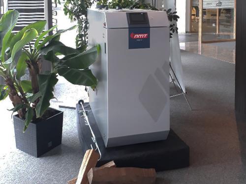 Ausstellungskessel NMT-Holzvergaserkessel HVG IIS in der Heiztechnik und Badausstellung von IBS Innovative Bau Systeme GmbH in Frankenberg